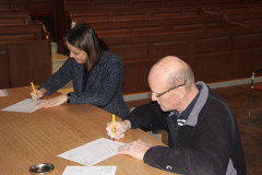Ondertekening van de contracten door Catrien Scholten en Peter Riepma, kerkrentmeesters van de Protestantse kerk te Veendam.